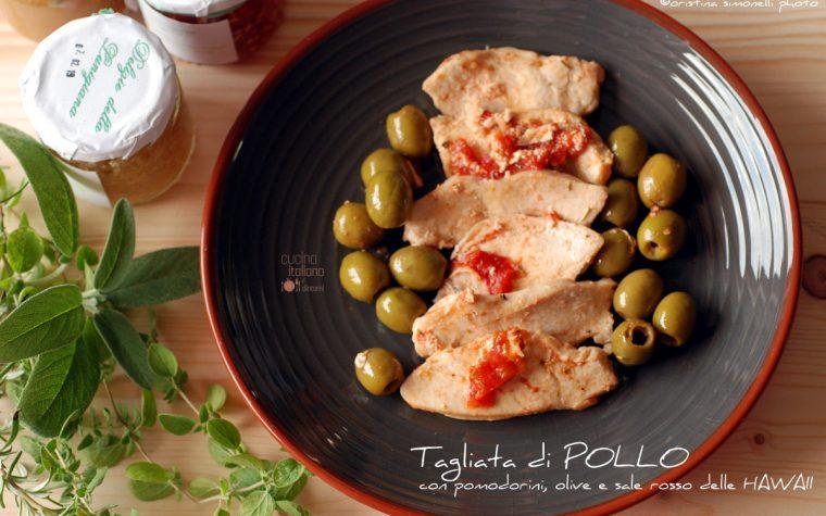 Tagliata di pollo con olive, pomodorini e sale rosso delle Hawaii