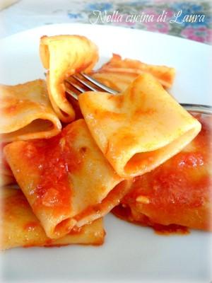 paccheri al pomodoro e profumo di alici - nella cucina di laura