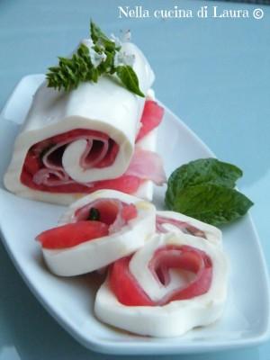 rotolo di sfoglia di mozzarella con pomodoro e prosciutto cotto al profumo di basilico - nella cucina di laura