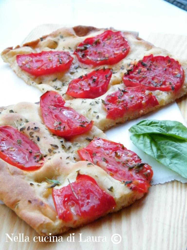 focaccia sottile con pomodori a lievitazione naturale - nella cucina di laura