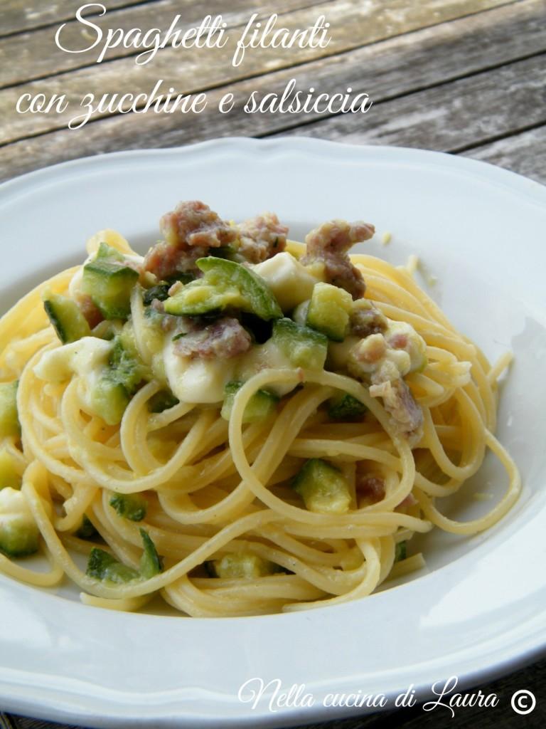 spaghetti filanti con zucchine e salsiccia -  nella cucina di laura