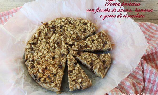 TORTA PROTEICA CON FIOCCHI DI AVENA, BANANA E GOCCE DI CIOCCOLATO – ricetta fit