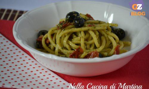 Pasta al pesto con pomodorini e olive