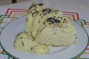 Dolce allo yogurt al microonde con salsa di cioccolato bianco