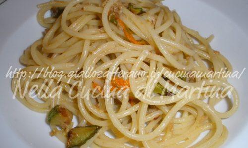 Spaghetti al tonno con zucchine e fiori di zucca