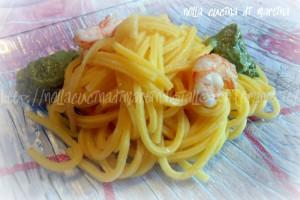 Spaghetti alla chitarra con crema di pesto e gamberetti