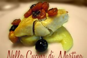 Filetti di pesce persico con patate, pomodorini e olive nere, ricetta al forno