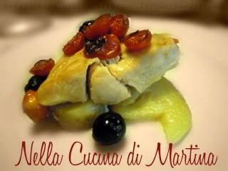 filetti di pesce persico con patate olive nere e pomodorini ricetta di pesce al forno
