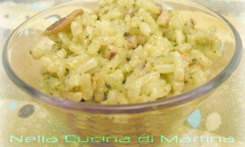 Insalata di riso monoporzione, ricetta veloce con pesce e pesto