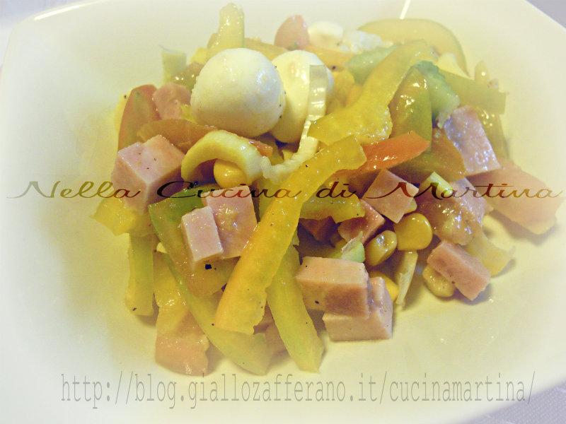 Insalata di peperoni e mozzarelline nella cucina di martina