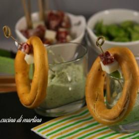 fave, pecorino e salame con brazatelle nella cucina di martina