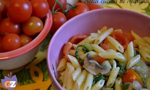 Pasta con funghi, insalata e pomodorini