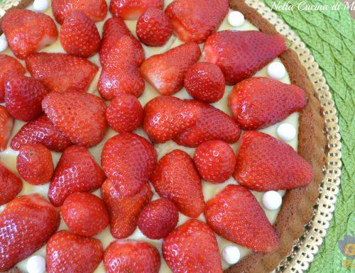 Torta di fragole con base all'orzo soffiato