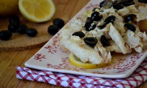 Filetti di pesce con olive e limone
