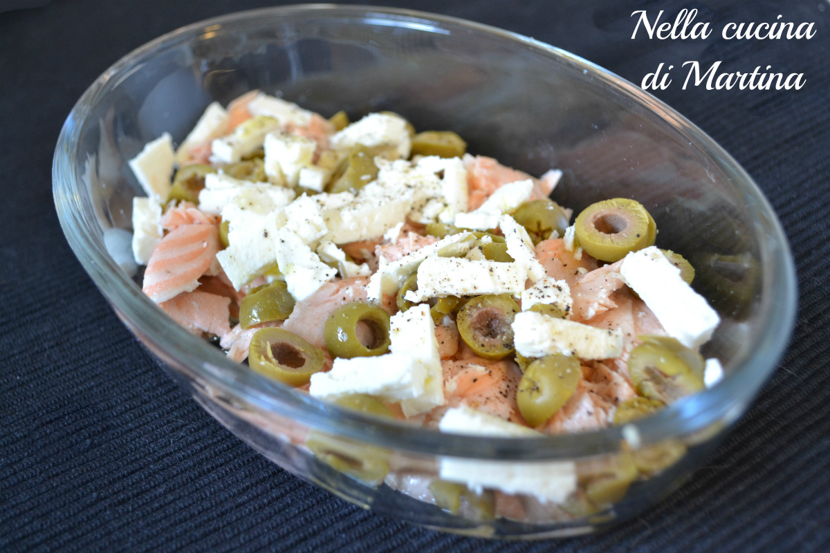 Antipasto di salmone, insalata con feta e olive