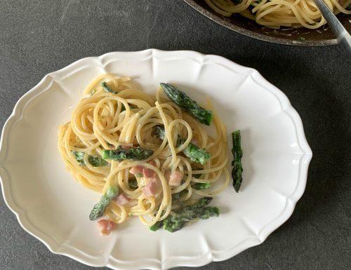 Spaghetti alla carbonara di asparagi, ricetta di primavera