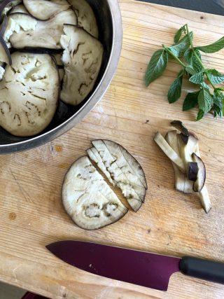 preparazione melanzane marinate alla menta