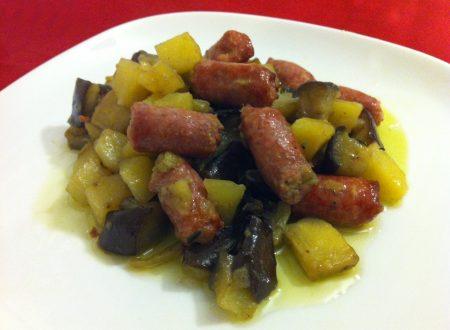 Salsiccia al forno con patate e melanzane