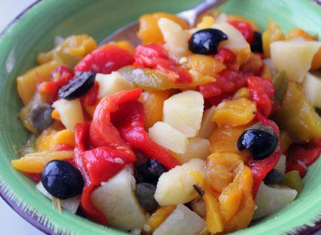 Peperoni arrostiti con patate, olive e capperi