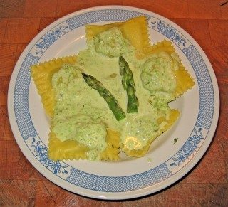 Ravioli al formaggio con crema di asparagi