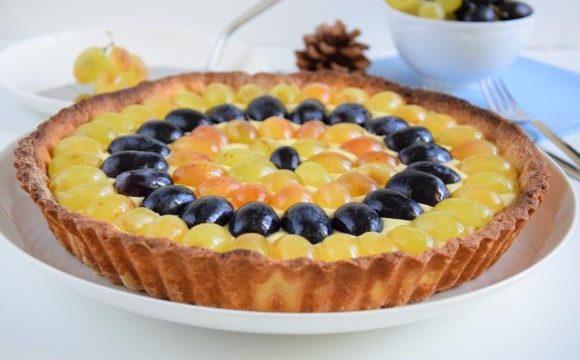 Crostata alla crema con uva bianca e nera