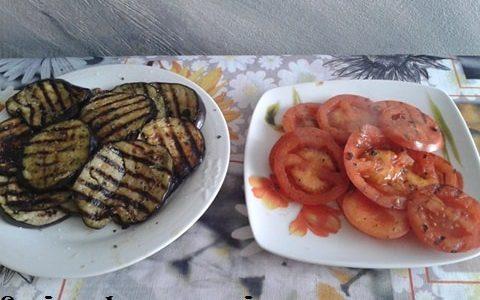 Melanzane e pomodori grigliati con mozzarella