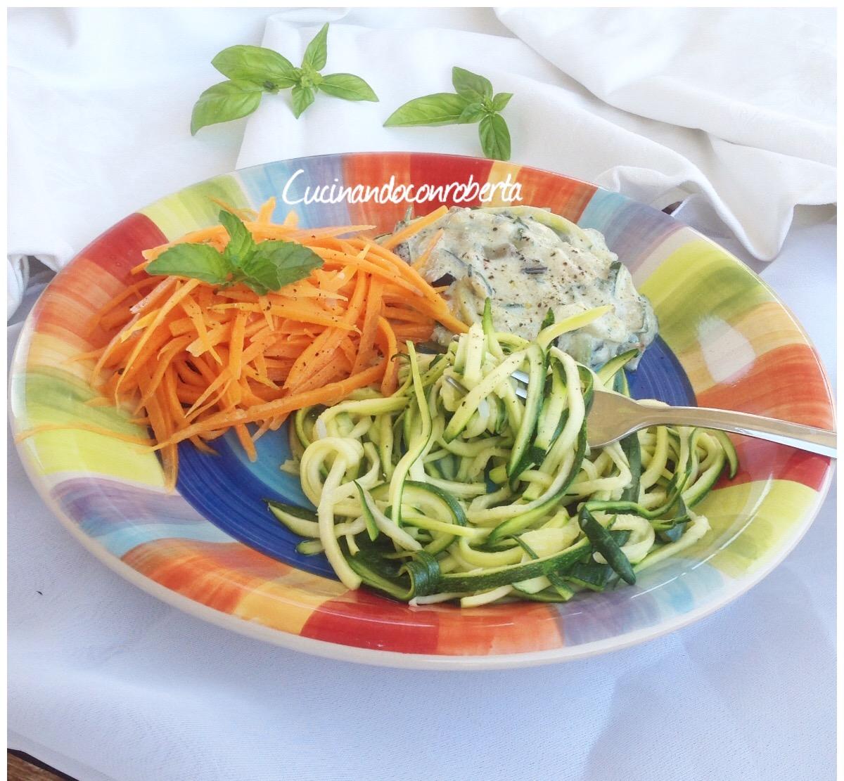 Spaghetti di verdure con salsa di ricotta e noci