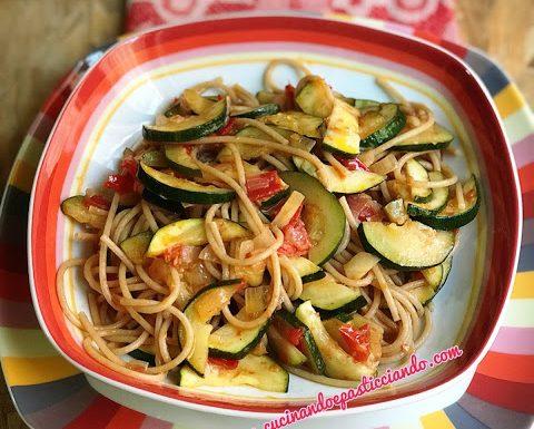 Spaghetti integrali con zucchine e pomodorini