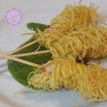 Gamberoni in crosta di tagliolini su pesto di rucola