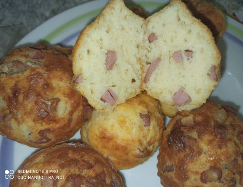 Muffin salati wurstel e mozzarella e pancetta affumicata e mozzarella
