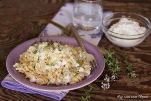 Pasta cremosa con zucchine e fiocchi di latte