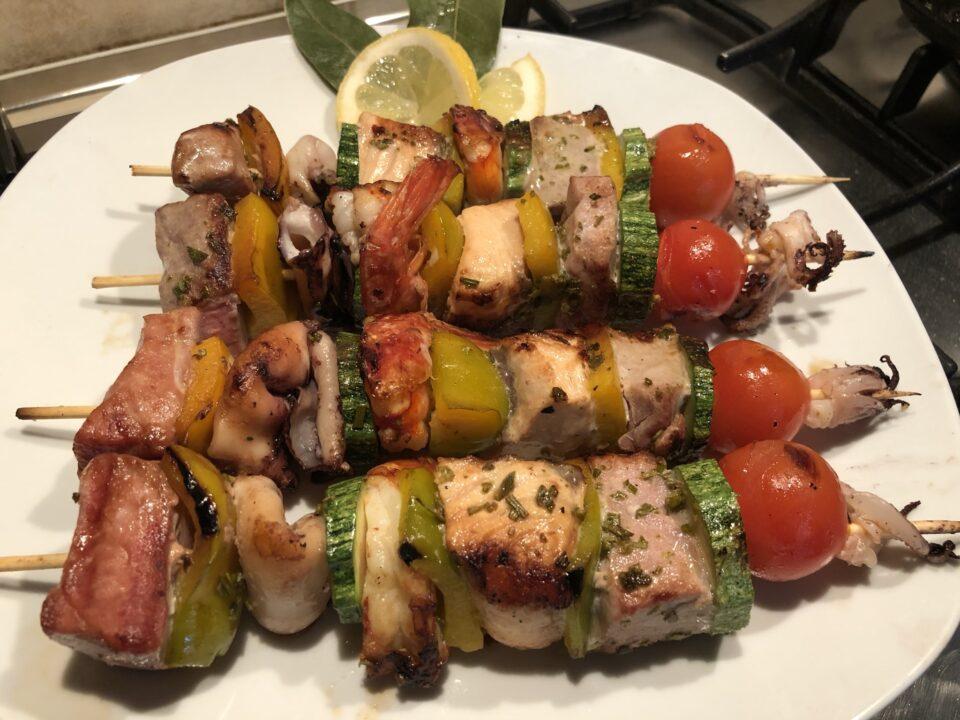 spiedini di pesce e verdure cotti