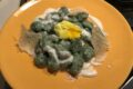 Gnocchi verdi all'ortica con crema di parmigiano e cialda croccante