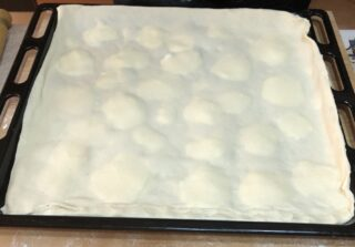 stesura pasta per focaccia al formaggio
