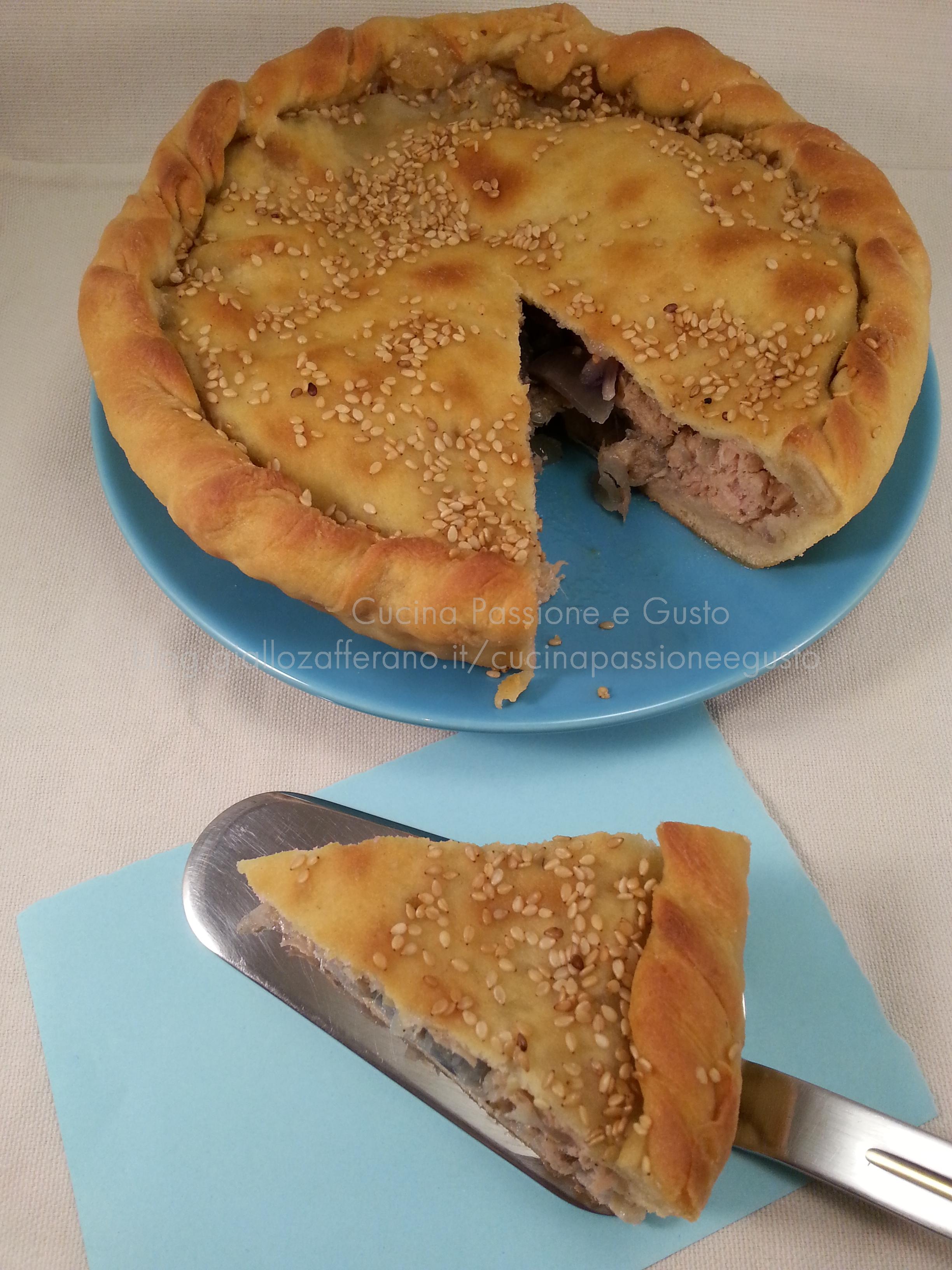 Pizza ripiena con tonno e cipolla di tropea