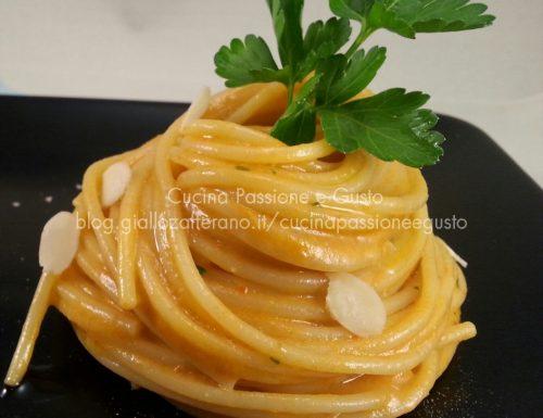 Spaghetti con crema di peperoni e mandorle