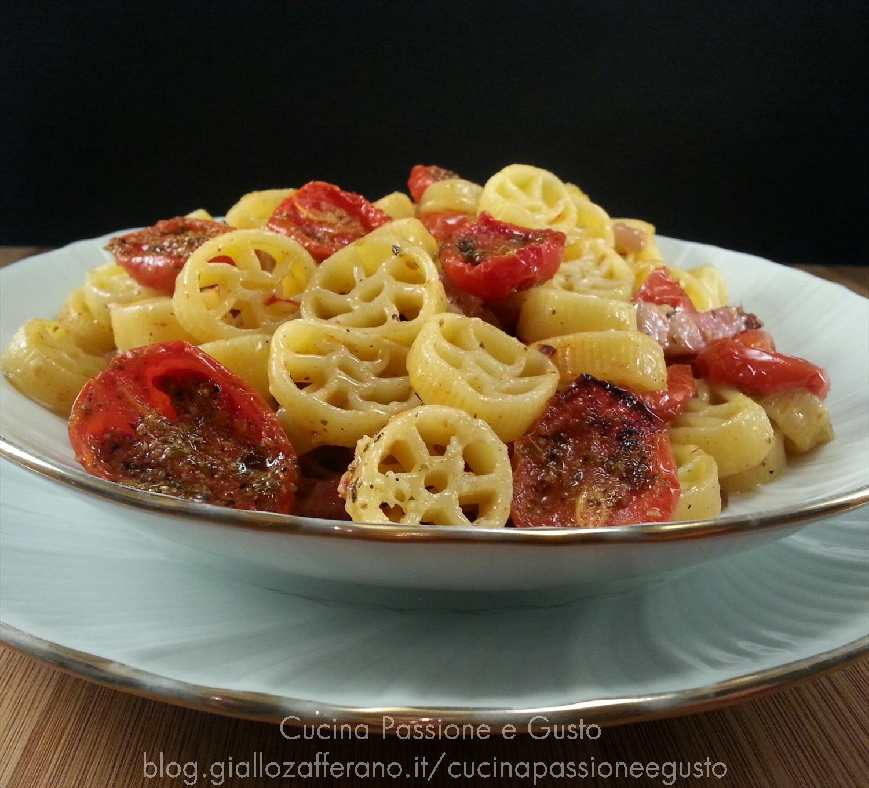 Pasta con pomodorini confit e cipolle di Tropea