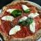 Impasto per pizza napoletana fatta in casa con il cornicione ripieno di ricotta
