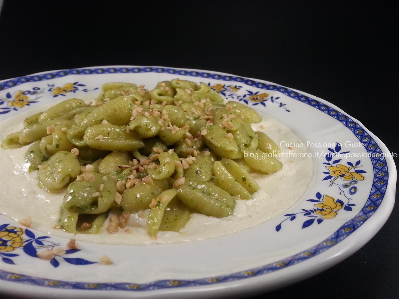 Gnocchi al pesto su crema di asiago e granella di nocciole
