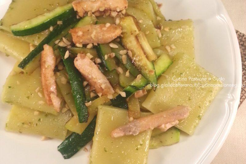 Pasta con salmone zucchine e granella di nocciole