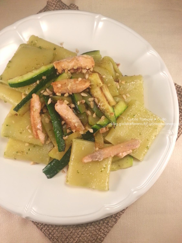 Pasta con salmone, zucchine e granella di nocciole