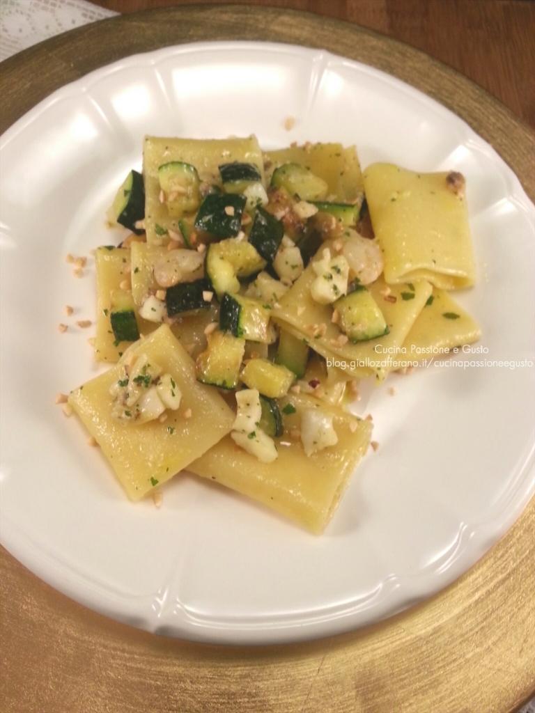 Pasta con seppie zucchine e granella di nocciole