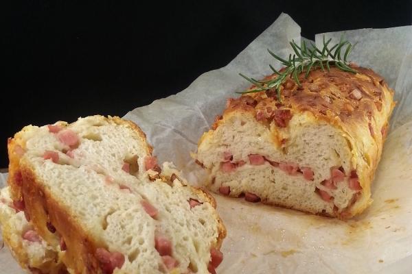 Pan briosche salato ripieno con prociutto e formaggio