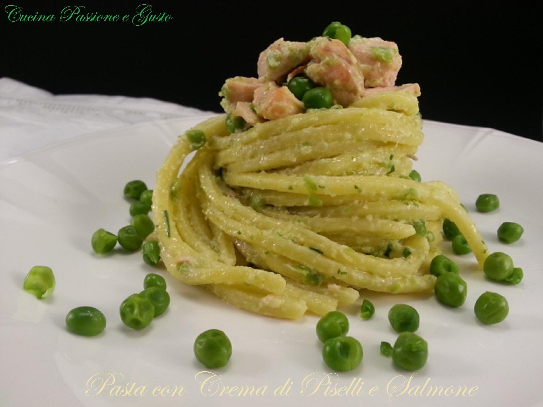 Pasta con crema di piselli e salmone