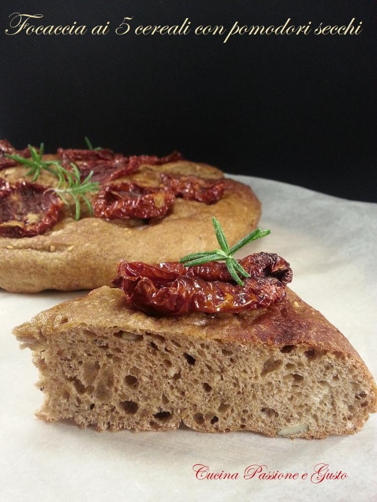 Focaccia ai 5 cereali con pomodori secchi sottolio