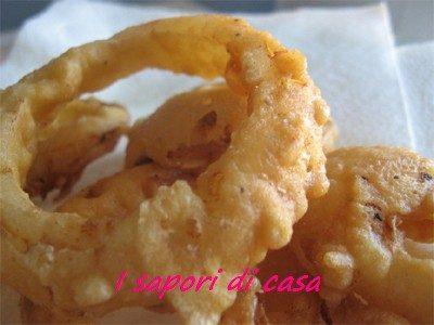 Anelli di cipolla pastellati con salsa bernese