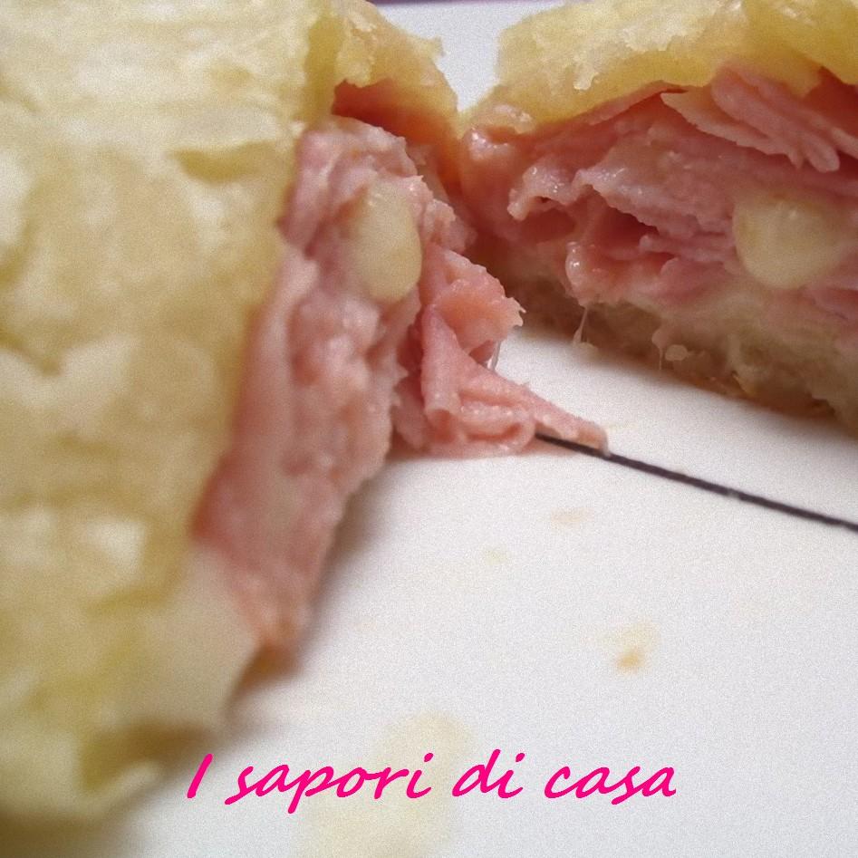 Fagottini di sfoglia ripieni di prosciutto e formaggio