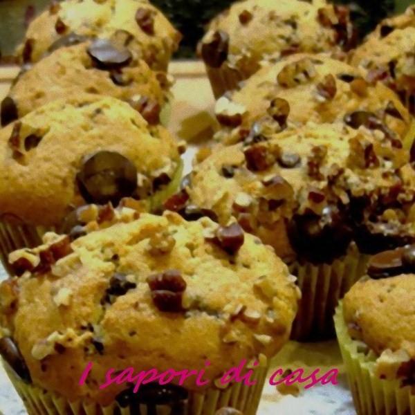 Muffin con medagliette di cioccolato e noci