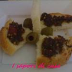 Pesto con peperoni olive e origano – ricetta vegetariana