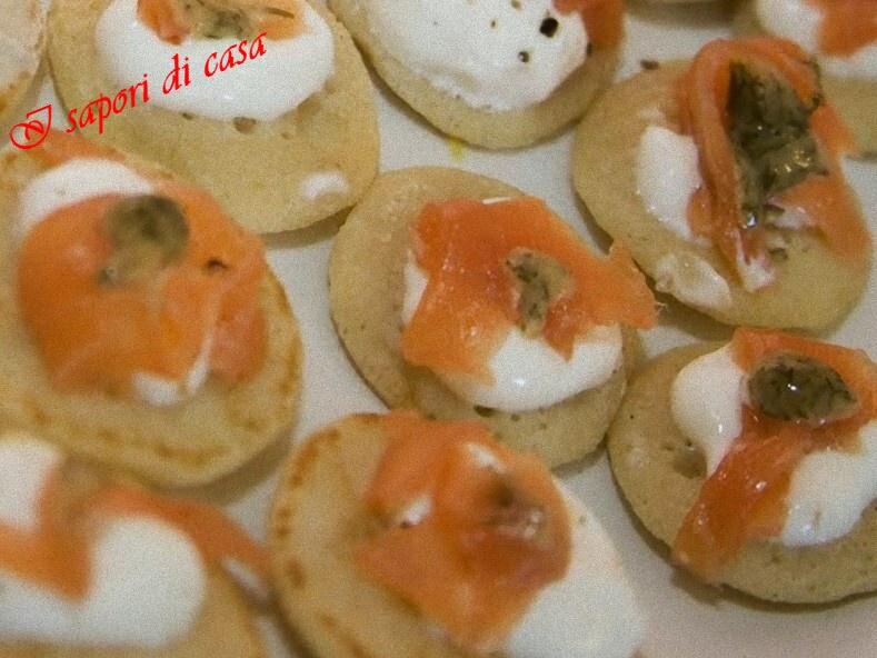 Blinis con mousse di formaggi e salmone affumicato